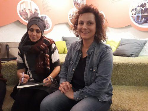 Andrea Riedl übt mit einer Teilnehmerin die deutsche Sprache.gemeinde