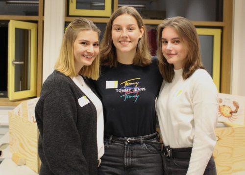 Anna, Nina und Sara zeigten den Besuchern das Gymnasium.bin