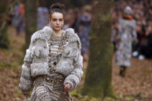 Anstatt Pelz will Chanel künftig Textilien und andere Lederarten nutzen sowie erforschen, die Nebenprodukte der Lebensmittelindustrie sind. APA, AFP