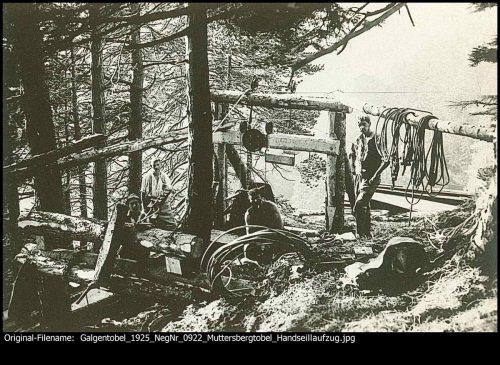 Arbeiten im Galgentobel. Handseilaufzug Muttersbergtobel im Jahr 1925.
