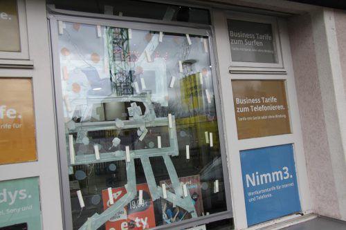 Auch diese Fensterscheibe eines Handyshops im Lustenauer Zentrum stand im Schussfeld der Steine des Tobenden. vol.at/Mayer