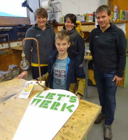 Auch Marius Greber aus Bizau – im Bild mit seiner Mutter und dem Unternehmer-Ehepaar Willi – kam noch zu seiner Lampe. Letswerk.at