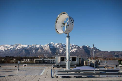 Auf dem Dach des neuen Produktionsgebäudes ist möglich, was am Golm verwehrt wurde: Tests mit dem Miniwindrad von Venturicon.VN/Steurer