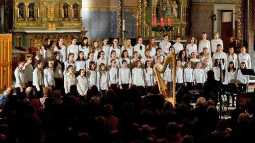 Auf dem Programm stehen weihnachtliche Lieder, volkstümliche Weisen und Chorwerke aus aller Welt.lcf