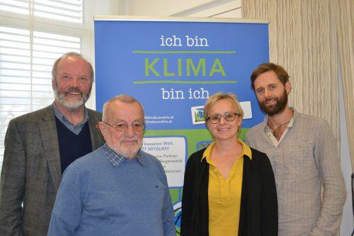 August Huemer (Weltladen Bludenz), Georg Künz (Obmann des Klimabündnis Vorarlberg), Sabine Klapf (Weltladen Bludenz), Projektkoordinator Daniel Sperl (v.l.) BI