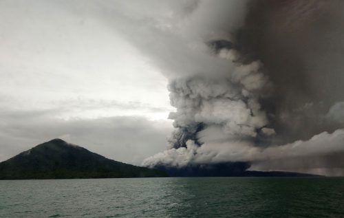 Aus dem Anak Krakatau steigen immer noch Asche und Rauch in die Luft. AFP