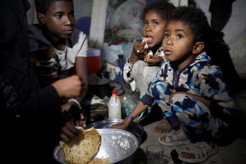 Aus Hodeida nach Sanaa geflüchtete Kinder bekommen zu essen. reuters