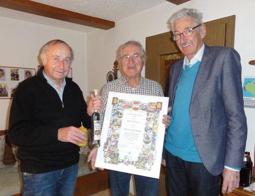 Bernhard Wulz (l.) und Werner Drexel gratulierten Manfred Trippolt.the