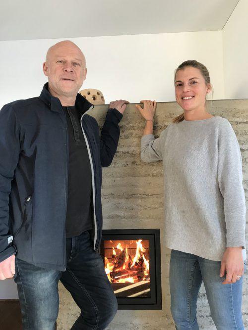 Bertram Müller und Sandra Bohle vor dem Holzofen.VN/Hämmerle