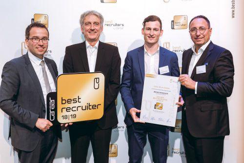 """""""Best Recruiters"""": Niklas Schranz (Blum Personalabteilung; 2.v.r.) übernahm den Preis in Wien. Blum"""