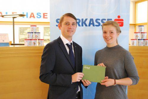 Bianca Hämmerle freut sich über den Preis von Filialleiter Marcel Luger. erh