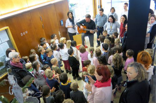 Bürgermeister Kurt Fischer unterstützte die Kinder beim Singen. Gemeinde