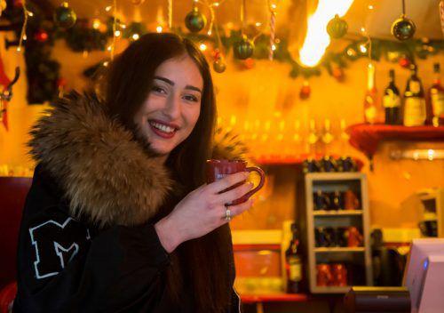 Chrissi aus Bregenz wappnet sich mit Glühwein gegen die Eisbeulengefahr am Weihnachtsmarkt. VN/Paulitsch