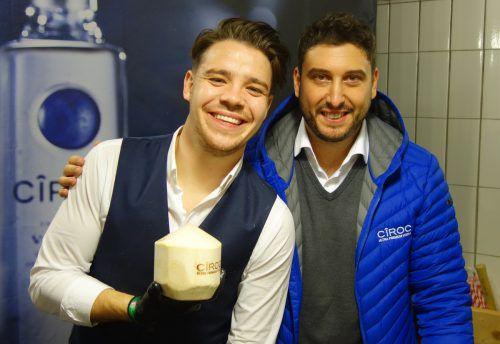 Danny Hubmann und Lukas Freninger sorgten für den Kokos-Drink.