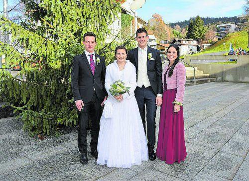 Das Brautpaar in der Mitte mit der beiden Trauzeugen.
