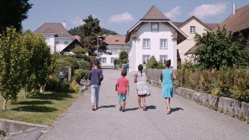 Das Dorf Oberwil-Lieli lehnte 2015 die Aufnahme einer Handvoll Flüchtlinge ab. Die Zürcher Filmemacherin Sabine Gisiger ging der Sache auf den Grund.willkommen in der schweiz/gisinger