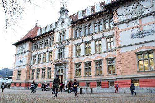 Das historische Schulgebäude an der Bludenzer St. Peterstraße soll schon bald wieder zur Gänze von der Volksschule Mitte belegt werden. VN/JS