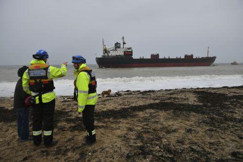 """Das Schiff """"Kuzma Minin"""" liegt in der Nähe eines Sandstrandes im Wasser. AP"""