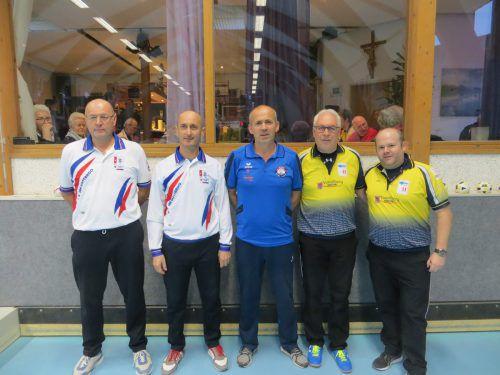Das Siegerteam (l.) mit den Hardern Dieter Ill und Philipp Wolfgang (r.).???
