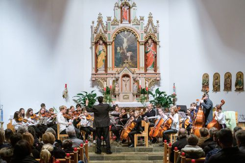 Das sinfonische Orchester der Musikschule unter der Leitung von Direktor Urban Weigel beeindruckte. me