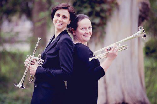 Das Trompetenduo Katharina Bertsch-Weber sowie Margit Csökmei.