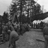 """<p class=""""caption"""">Das """"Weihnachtsgeschenk"""" der 60 Soldaten für die Gemeinde Buch war 21 Meter lang, 10 Tonnen schwer.</p>"""