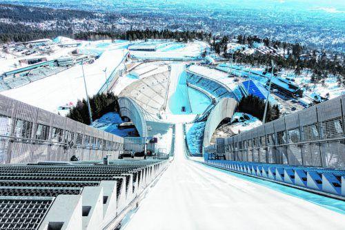 Dem Himmel ganz nahe fühlen sich Besucher der Aussichtsplattform der 60 Meter hohen Skisprungschanze am Holmenkollen.