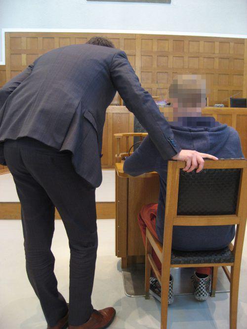 Der Angeklagte bei einer kurzen Beratung mit seinem Anwalt. eckert