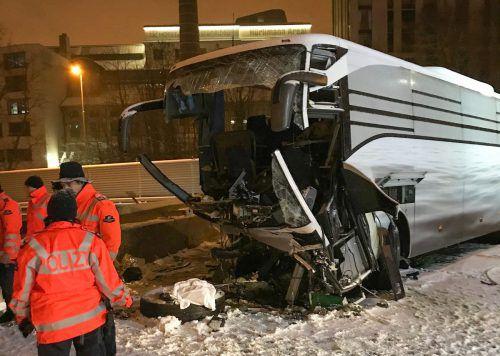 Der Bus ist ins Schleudern geraten und gegen eine Mauer geprallt. AFP