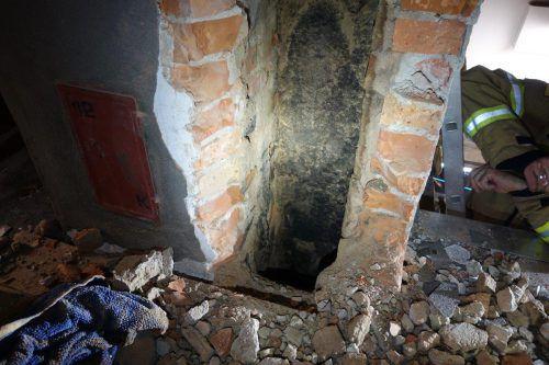 Der Kamin musste aufgestemmt werden.APA/BERUFSFEUERWEHR LINZ