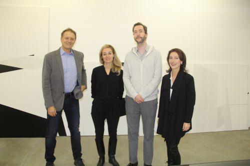 Der künstlerische Leiter Roland Haas (l.) mit Obfrau Dagmar Lang (r.) und den beiden Künstlern Martina Steckholzer und Andreas Fogarasi (Mitte).
