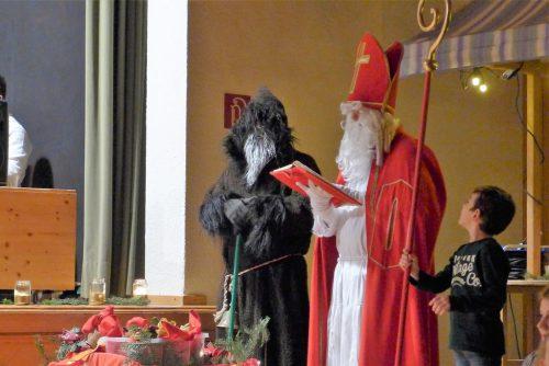 Der Nikolaus und Knecht Ruprecht hatten Überraschungen mit. kg