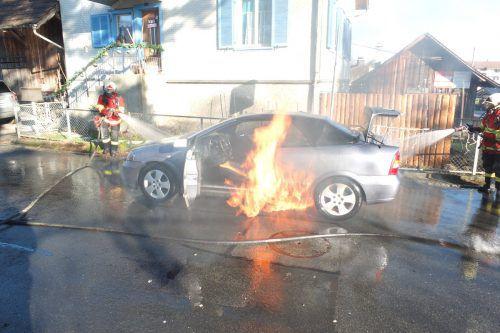 Der Pkw konnte von der Feuerwehr nicht mehr gerettet werden. kapo