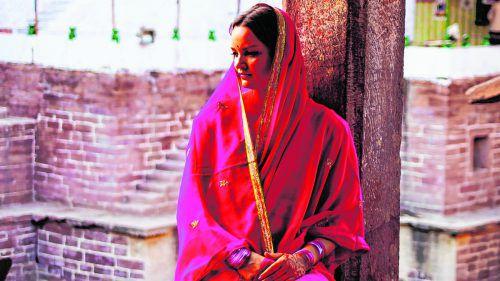 Der Sari wird von den Frauen in verschiedensten Farben und Mustern getragen.