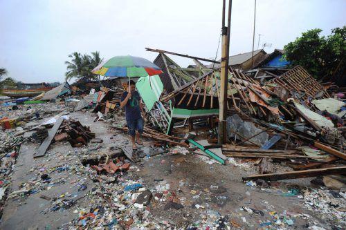 Der Tsunami hatte am Samstag alles mit sich gerissen, was ihm im Weg stand. Nun behindern Regenfälle die Rettungsarbeiten. AFP