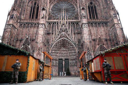 Der Weihnachtsmarkt in Straßburg bleibt auch heute, Donnerstag geschlossen. Die französische Polizei gab einen Fahndungsaufruf gegen den Verdächtigen Cherif C. heraus.Reuters