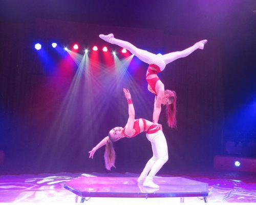 Die Akrobatik und Balancen von Nicole und Michelle lassen den Atem stocken. Weihnachtscircus