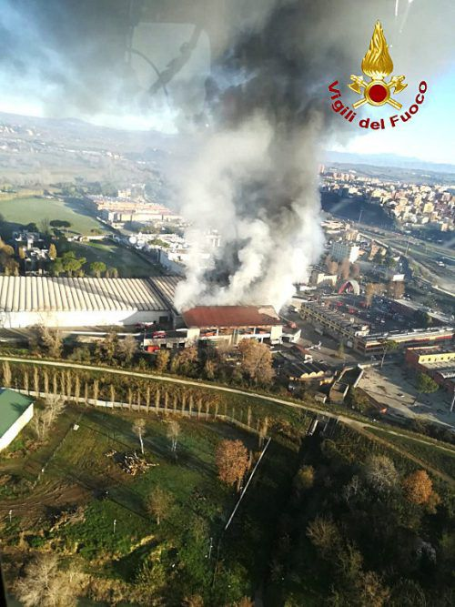 Die Behörden untersuchen, ob in dem Rauch giftige Stoffen enthalten waren. Reuters