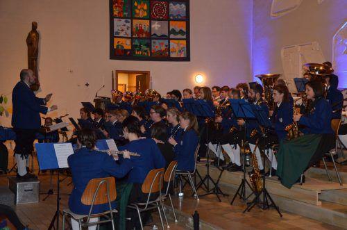 Die Harmoniemusik spielte in der Pfarrkirche von Muntlix ein buntes musikalisches Programm. schnetzer