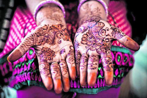 Die Hennabemalungen zieren die Hände vieler Inderinnen.