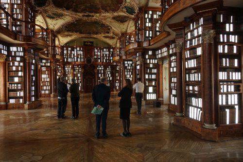 Die Installation des Schweizers Martin Leuthold und der Vorarlbergerin Siegrun Appelt macht den Barocksaal der Stiftsbibliothek St. Gallen neu erleb- und erfahrbar. R. Sagmeister
