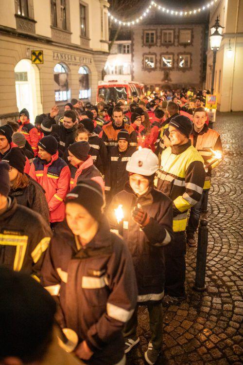 Die Jungfeuerwehrleute zogen mit Fackeln durch Feldkirchs Innenstadt. VN/Sams