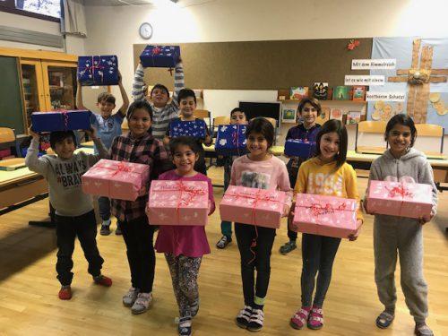 Die Kinder verpackten die Geschenkkartons liebevoll.vv