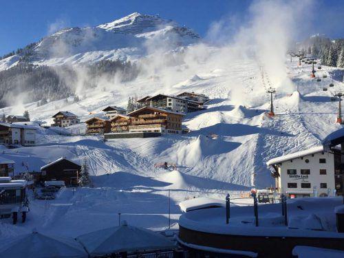 Die Seilbahnbranche und der Tourismus sind stark von den natürlichen Schwankungen des Wetters abhängig. Schneekanonen sorgen dabei für Schneesicherheit. VN/Rie