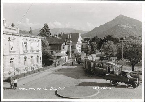 Die Tram biegt in die Bahnhofstraße ein.