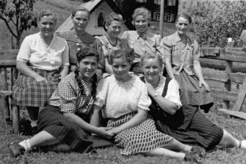 Diese acht jungen Frauen (hinten ganz links die Mutter der Burtschers) kamen als Arbeitssklavinnen nach Vorarlberg. Privat