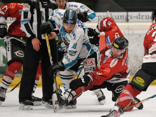 Dornbirn-Stürmer Brodie Dupont (r.) legt sich gegen den Linzer Bracken Kearns ins Zeug. Die Bulldogs feierten den vierten Heimsieg in Serie. gepa