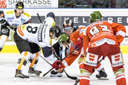 Dornbirn-Stürmer Philipp Pöschmann erkämpfte sich mit den Bulldogs in Südtirol zwei wichtige Punkte. PSR/Vanna Antonello