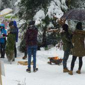 """<p class=""""caption"""">Ein gemütliches Feuer und warmer Tee erwarten die Teilnehmer in Egg.</p>"""