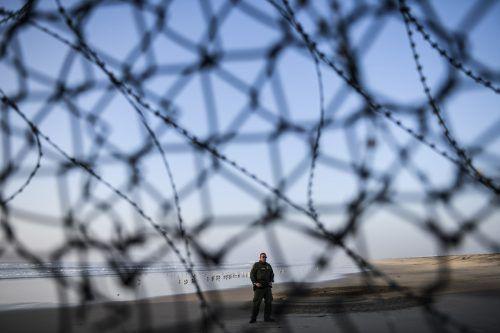 Ein Grenzschutzbeamter bewacht einen Zaun an der Grenze zwischen dem US-Staat Kalifornien und Mexiko. AP